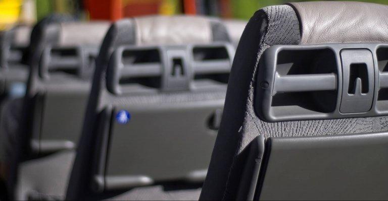Intérieur d'un bus avec gros plan sur les sièges