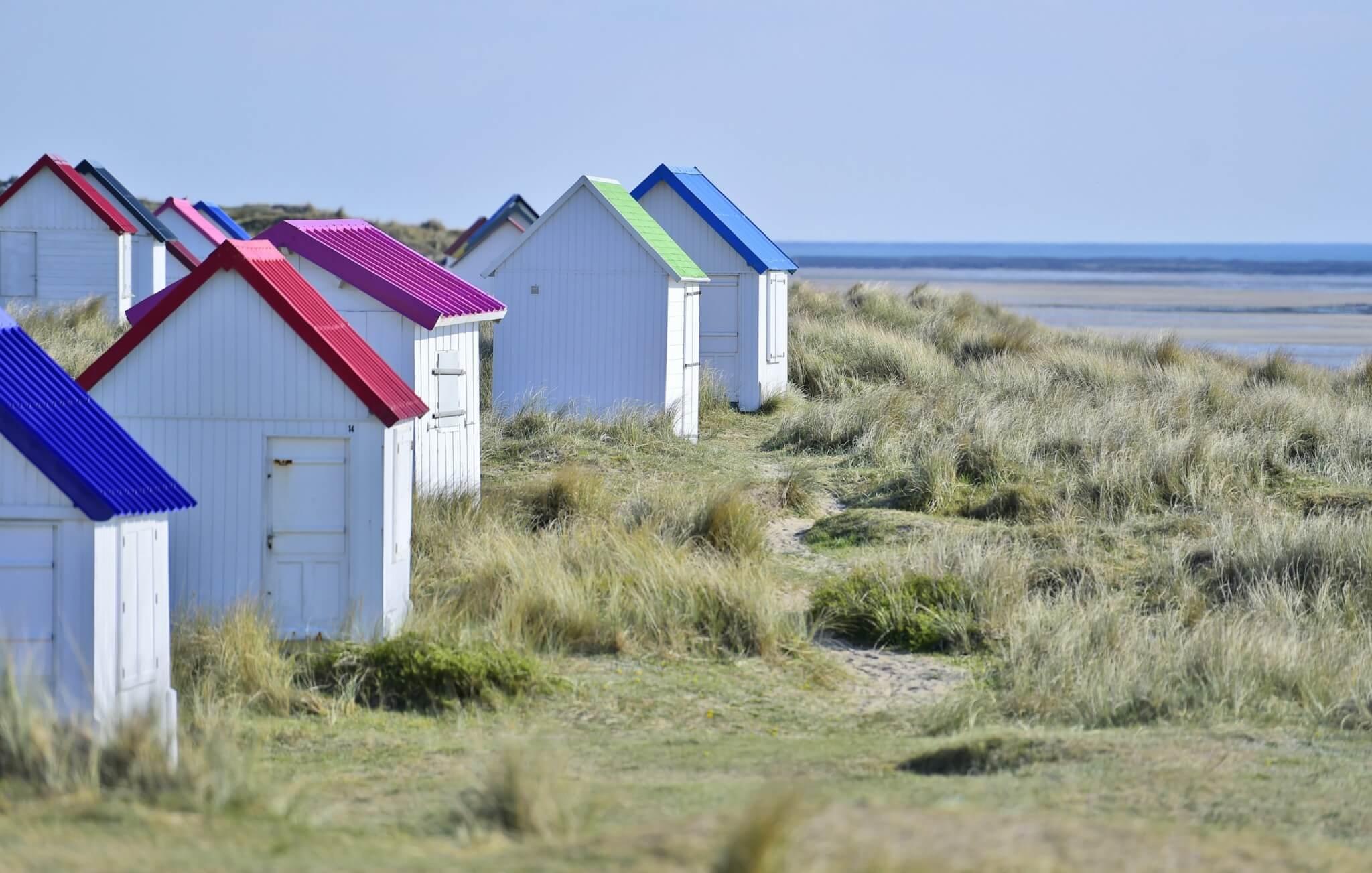 Les cabanes de Gouville-sur-Mer et leur toiture si colorée.