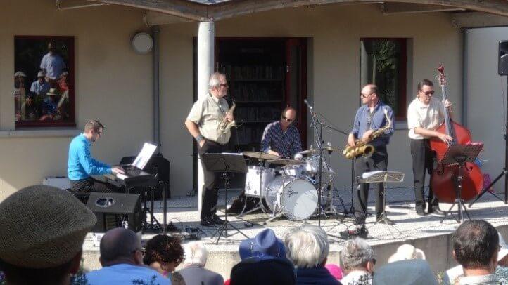 Pendant l'été, vous pouvez profiter de nombreux concerts extérieurs dans la commune de Gouville-sur-mer